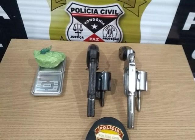 Armas foram apreendidas com um dos suspeitos — Foto: Polícia Civil/Divulgação