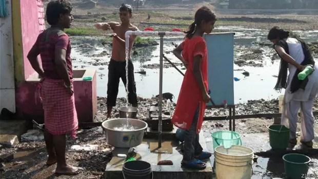 Caixa torna água segura para beber (Foto: Zimba/BBC)