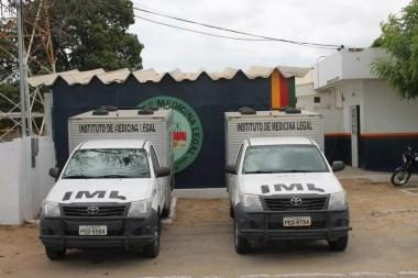 Os corpos foram encaminhados para o Instituto de Medicina Legal (IML) de Petrolina.  (Foto: Taisa Alencar / G1)