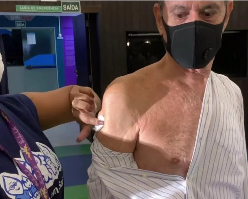 Ney Matogrosso é vacinado — Foto: Reprodução