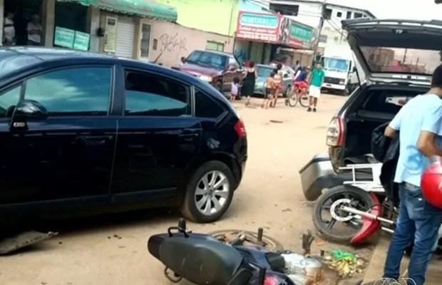 Motorista bate em carro e motos e atropela comerciante em Valparaíso de Goiás (Foto: Reprodução/TV Anhanguera)
