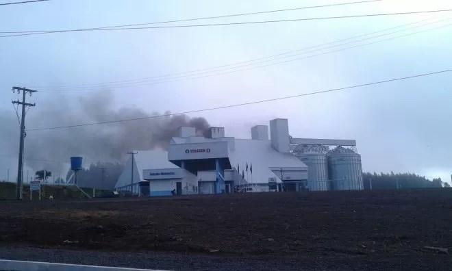 Fogo começou na madrugada desta segunda-feira (24) (Foto: Patrícia Silva/Tudo Sobre Xanxerê)