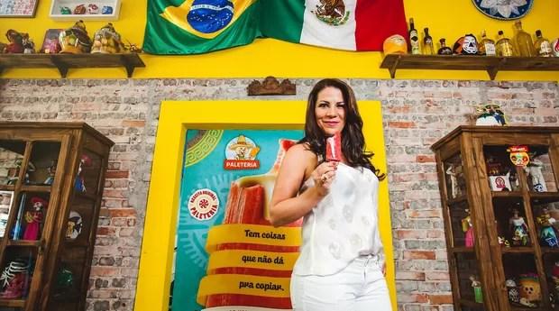 A empreendedora Elysa Barranco e a decoração mexicana e colorida da Paleteria (Foto: Divulgação)
