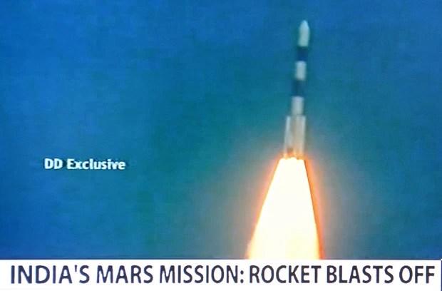 Imagem do canal de televisão NDTV mostra o Veículo de Lançamento de Satélite Polar (PLSV - C25) momentos após a decolagem. (Foto: AFP Photo/NDTV/Doordarshan)