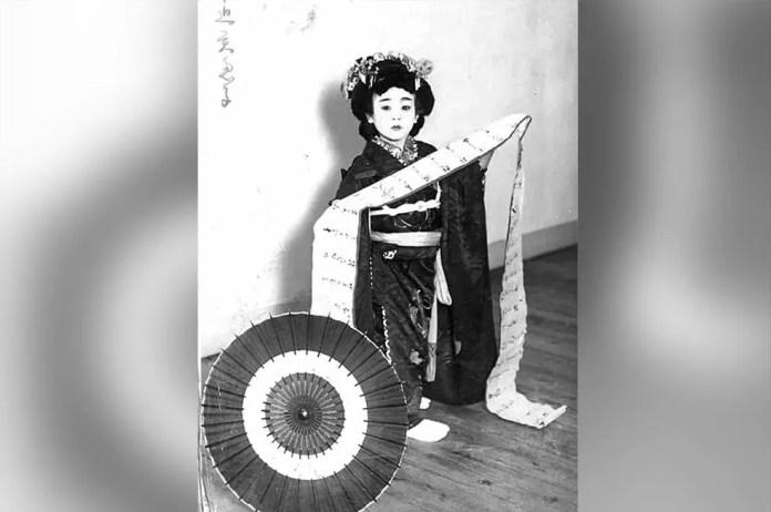 Irmã de Emiko, Mieko Nakasako, com traje tradicional de dança japonesa buyō — Foto: Emiko Okada/BBC