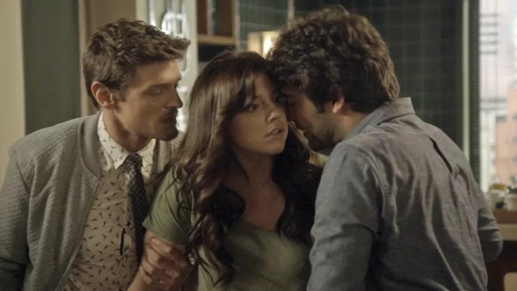 Antonio e Tiago tentam impedir Marina (Foto: TV Globo)