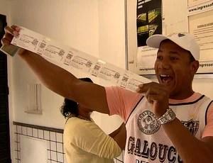 Torcedor mostra ingresso para a final da Libertadores (Foto: Reprodução TV Globo Minas)