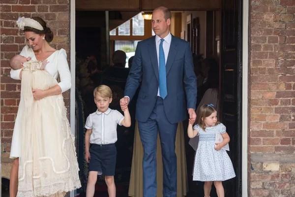 A duquesa Kate Middleton com o Príncipe William e os três filhos no batismo do caçula (Foto: Getty Images)