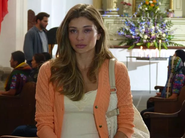 Cassiano passa atrás de Ester enquanto ela reza para encontrá-lo (Foto: Flor do Caribe/ TV Globo)