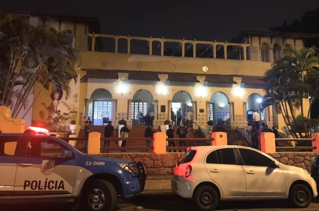 Viatura da PM garantiu a segurança reforçada do lado de fora do clube — Foto: Renan Moura