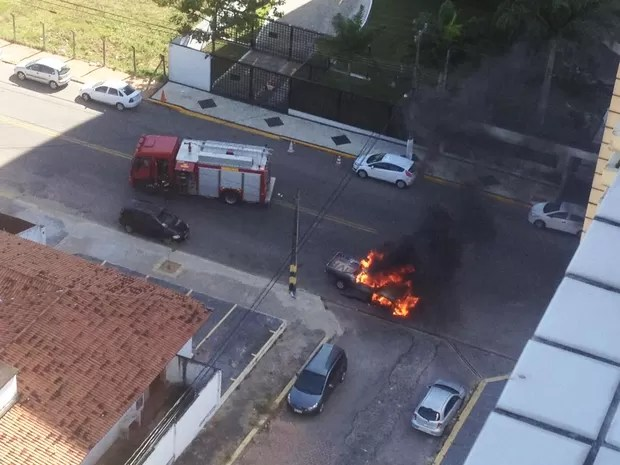 Veículo pegou fogo na Rua dos Tororós, no bairro de Lagoa Nova, Zona Sul da cidade  (Foto: PM/Divulgação)