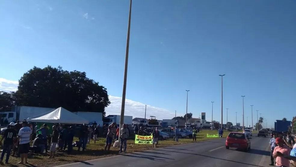 Caminhoneiros protestando na BR-060, na altura do Engenho das Lajes (Foto: Reprodução/Arquivo pessoal)