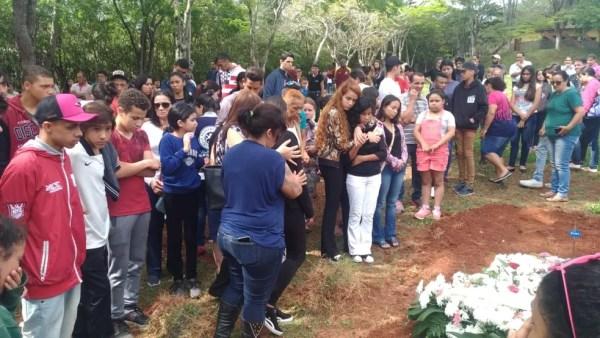 Adolescente morta a facadas foi enterrada em São Roque — Foto: Matheus Fazolin/G1