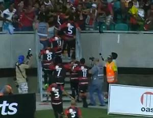 Jogadores do Vitória comemoram gol com a torcida na Arena Fonte Nova (Foto: Reprodução SporTV)