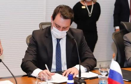 Governador do Paraná assinou o documento para a parceria, nesta quarta-feira (12), em Curitiba — Foto: AEN/Divulgação