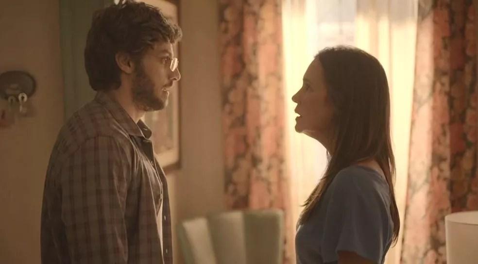 Danilo (Chay Suede) questiona a mãe após revelação  — Foto: Globo