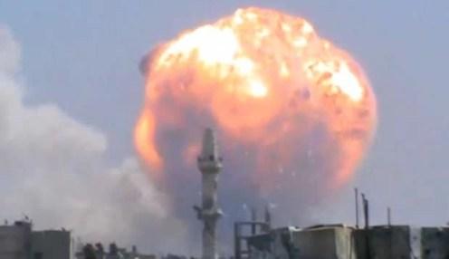 Imagem reproduzida de um vídeo mostra a bola de fogo e a fumaçã após a explosão na cidade de Homs, na Síria, nesta quinta-feira (1°) (Foto: YouTube/ AFP)