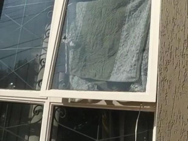 Cinco tiros foram disparados contra a casa do sargento da PM.  (Foto: reprodução/TV Tem)