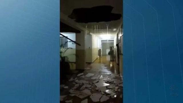Parte do teto do campus da Universidade Estadual da Paraíba (UEPB) em Monteiro caiu com as chuvas — Foto: TV Paraíba/Reprodução
