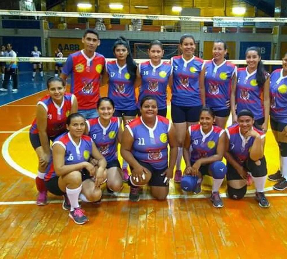 Dalila Silva, no centro, é levantadora do time de vôlei de Plácido de Castro (Foto: Arquivo pessoal)