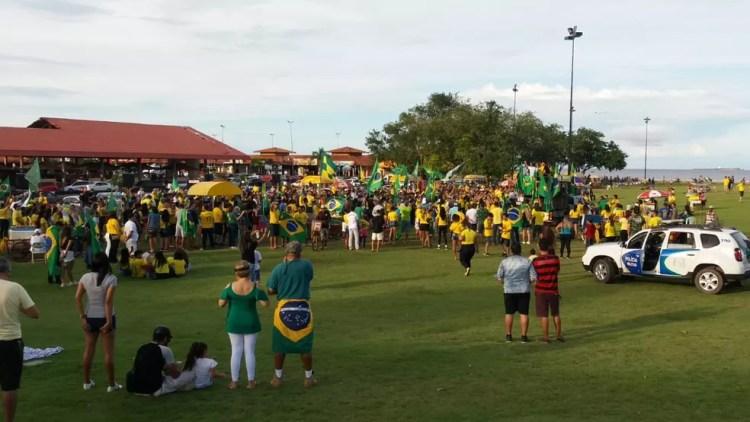 MACAPÁ, 17h: Manifestantes se reúnem na orla de Macapá em ato pró-Bolsonaro neste domingo (26) — Foto: Carlos Alberto Jr/G1