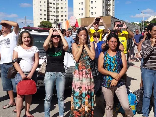 Moradores choraram no momento da implosão do viaduto (Foto: Raquel Freitas/G1)