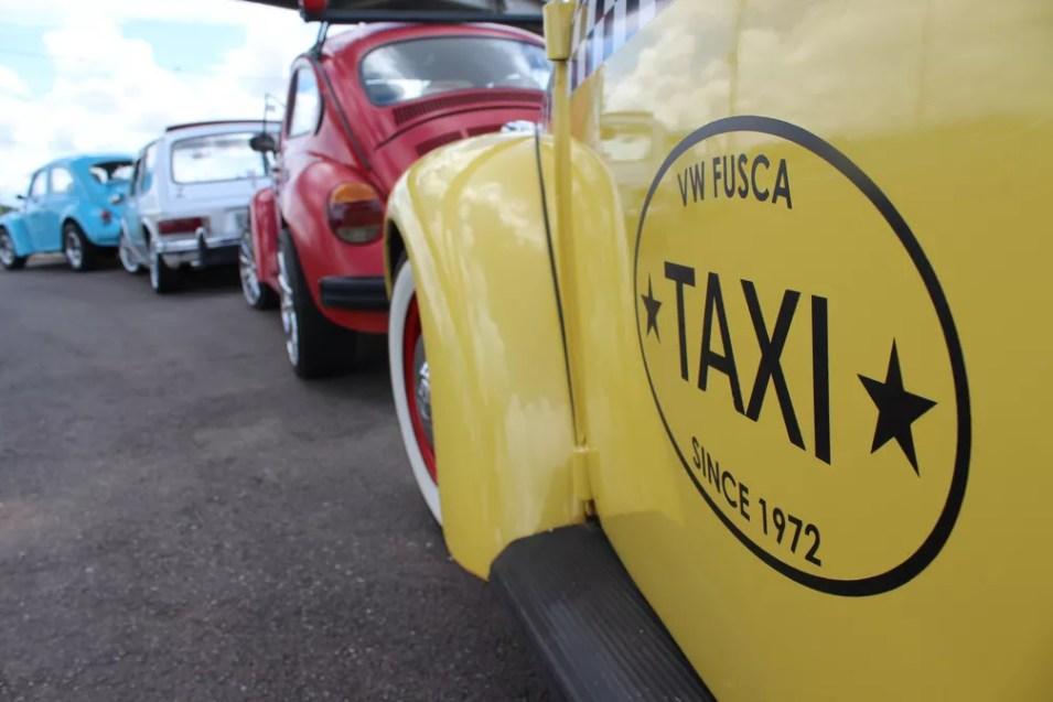 Os carros apresentam diferentes anos de fabricação — Foto: Cássia Firmino/ G1