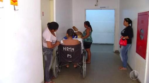 Segundo familiares, alguns pacientes esperam na fila a mais de três meses (Foto: Reprodução/Inter TV Cabugi )