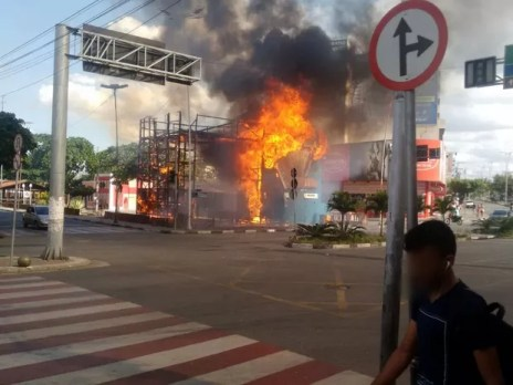 Fogo destruiu o portal do São João de Caruaru (Foto: Ronaldo Souza/Divulgação)