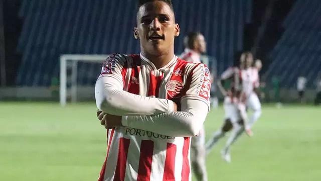 Thiago comemora gol no Sampaio