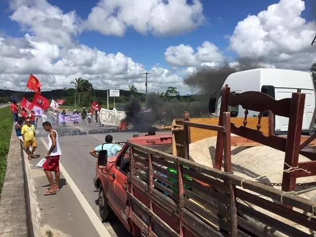 Protesto fecha trânsito na BR-101 na Paraíba (Foto: Walter Paparazzo/G1)