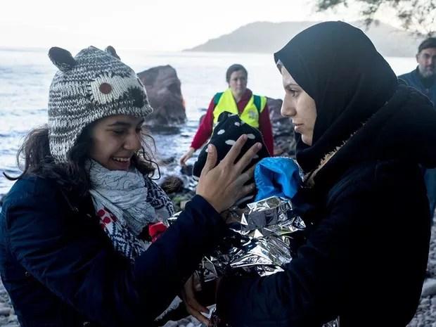 Gabriela ajudava a receber os barcos com refugiados em Lesbos (Foto: Arquivo pessoal/Gabriela Shapazian)