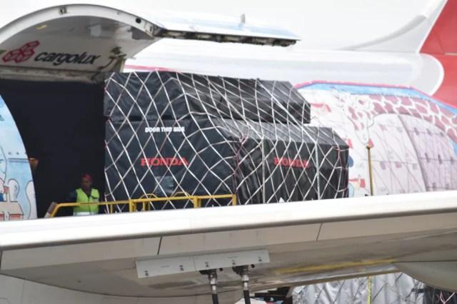 Equipamentos da Honda, fornecedora das equipes RBR e STR, chegam no Aeroporto de Viracopos — Foto: Rui do Amaral/GE