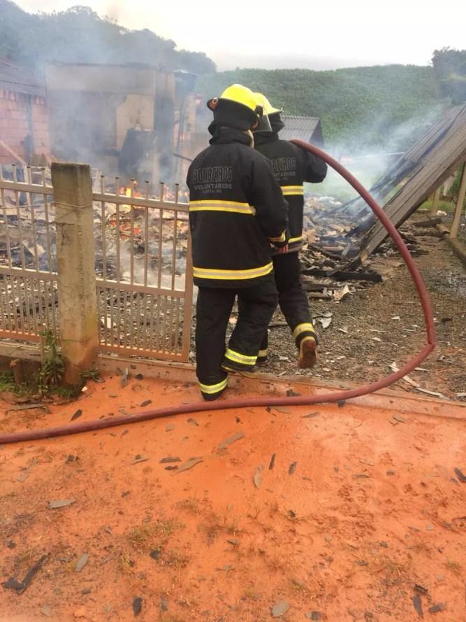 Casa foi totalmente consumida pelas chamas em Ilhota — Foto: Bombeiros Voluntários de Ilhota/Divulgação