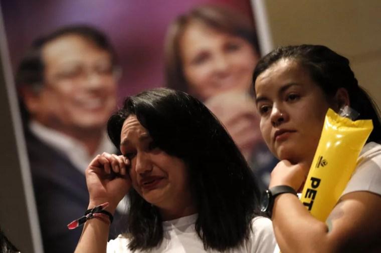 Eleitores de Gustavo Petro choram após derrota do candidato nas eleições presidenciais da Colômbia (Foto: REUTERS/Nacho Doce)
