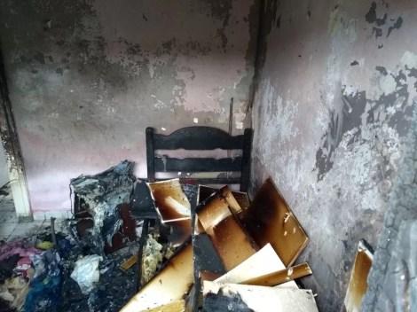 Chamas destruíram quarto de residência em Bezerros (Foto: Divulgação/Corpo de Bombeiros)