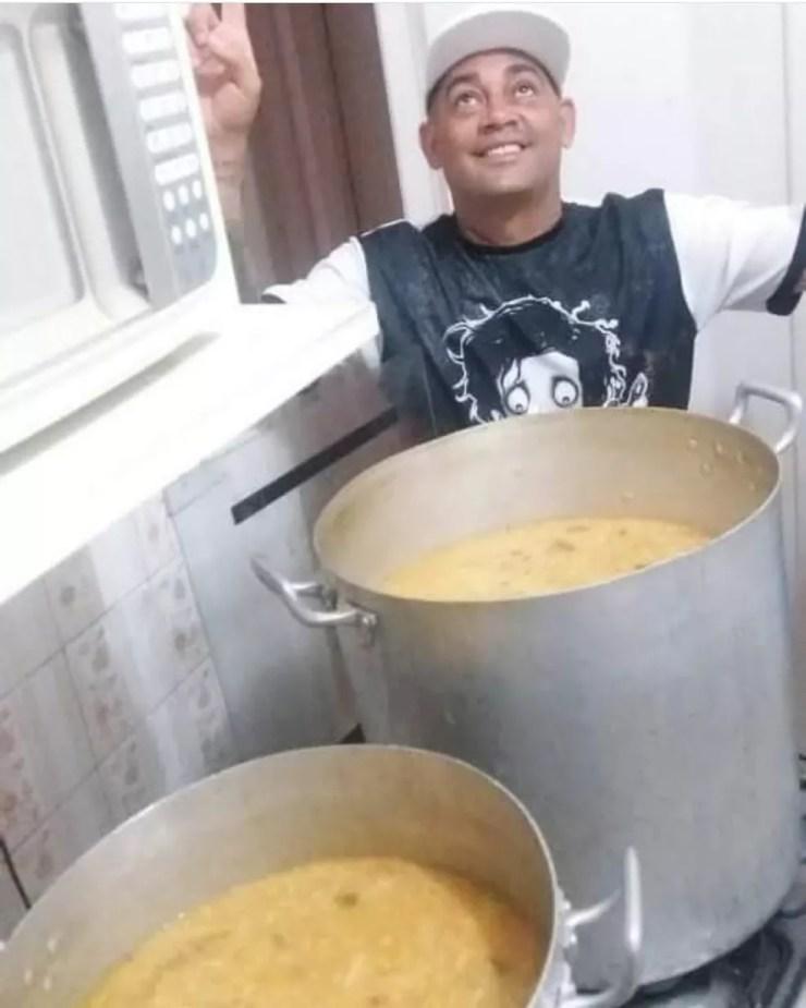 Gomes prepara sopões em casa e distribui quinzenalmente pelas ruas de Santos, SP (Foto: Arquivo Pessoal)