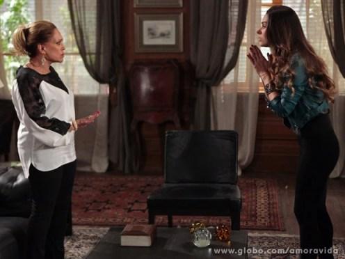Pilar esculacha Leila (Foto: Amor à Vida / TV Globo)