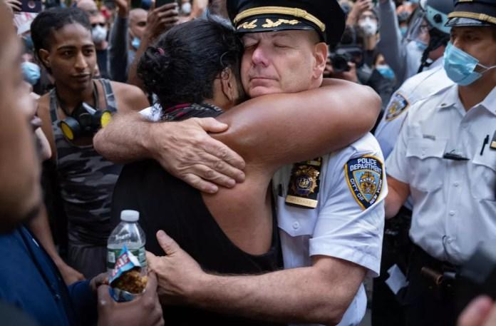 O chefe do departamento de polícia da cidade de Nova York, Terence Monahan, abraça um ativista durante marcha pelas ruas da cidade na segunda-feira (2) em protesto pela morte de George Floyd — Foto: Craig Ruttle/AP
