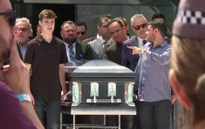 Filho de Gugu Liberato carrega caixão com o corpo do apresentador — Foto: TV Globo/Reprodução