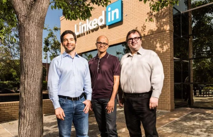 Jeff Weinder, CEO do Linkedni, Satya Nadella, CEO da Microsoft, e Reid Hoffman, cofundador do LinkedIn. (Foto: Divulgação/Microsoft)
