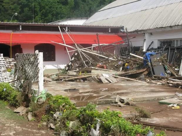 Temporal na tarde desta quinta-feira (14) deixou estragos em diversas áreas da cidade (Foto: Tatiana Santiago/G1)