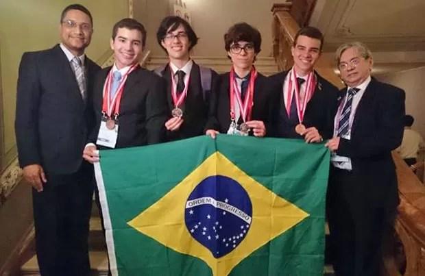 No centro, Davi Aragão (CE), Pedro Seber (SP), Vitor Gomes (SP), Gabriel Amgarten (CE), entre os professores Fabiano Gomes, da UFRN, e Arimateia Lopes, reitor da UFPI (Foto: Divulgação)