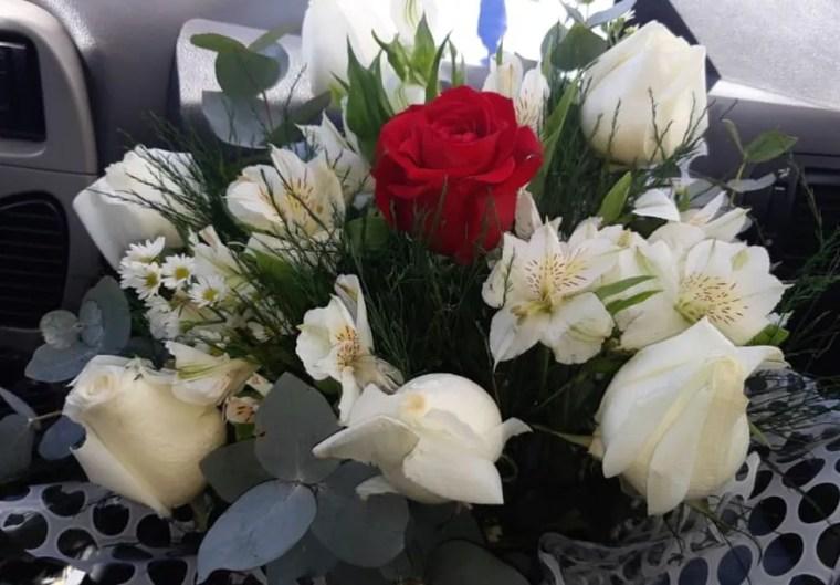 Elisângela levou as rosas que o filho pediu no outro dia — Foto: Arquivo pessoal