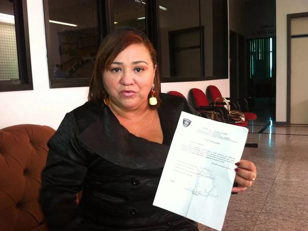 Advogada Kátia Nunes mostra o documento de tranferência de PM para Alcaçuz (Foto: Caroline Holder/G1)