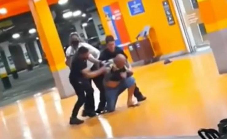 Imagem de vídeo que circula em redes sociais do momento em que homem negro foi espancado até a morte em unidade do Carrefour em Porto Alegre — Foto: Reprodução
