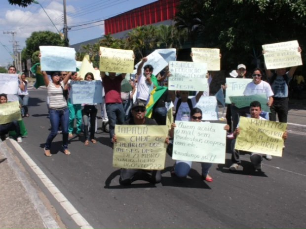 Em Manaus, grupo de manifestantes cobra mais rigor do TCE-AM na fiscalização das contas da Prefeitura de Tapauá (Foto: Adneison Severiano/G1 AM)