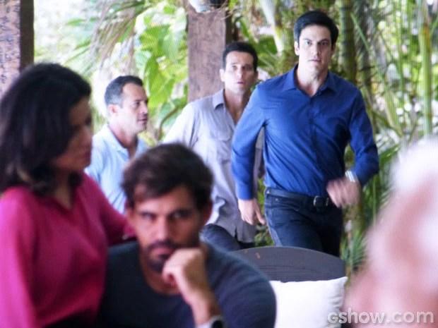 Félix flagra a vilã na maior amasso com seu cúmplice (Foto: Amor à Vida/TV Globo)