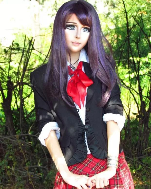 A jovem adotou o nome de Fukkacumi e demora 2 horas por dia para se maquiar (Foto: Reprodução)