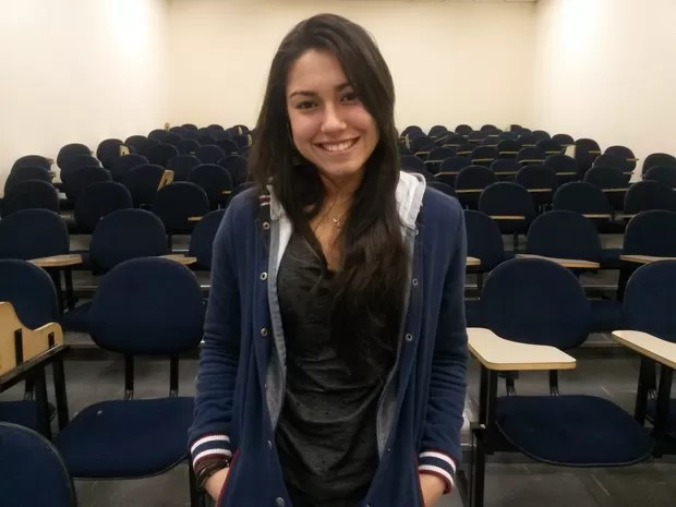 Amanda, em auditório do cursinho Objetivo; ela tenta pela terceira vez passar em medicina na Fuvest (Foto: Will Soares/G1)